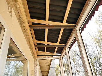Монтаж крыши над балконом