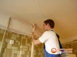 Подготовка установки первого уровня натяжного потолка