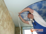 Окантовка первого уровня потолка декоративной лентой