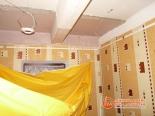Процесс установки натяжного потолка в прихожей