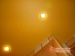 Точечный светильник в натяжном потолке - фото 2
