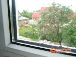 Капли дождя на установленном окне веранды