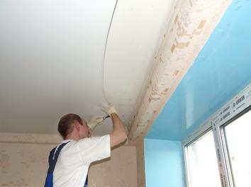 Монтаж натяжного потолка в гостиной фото