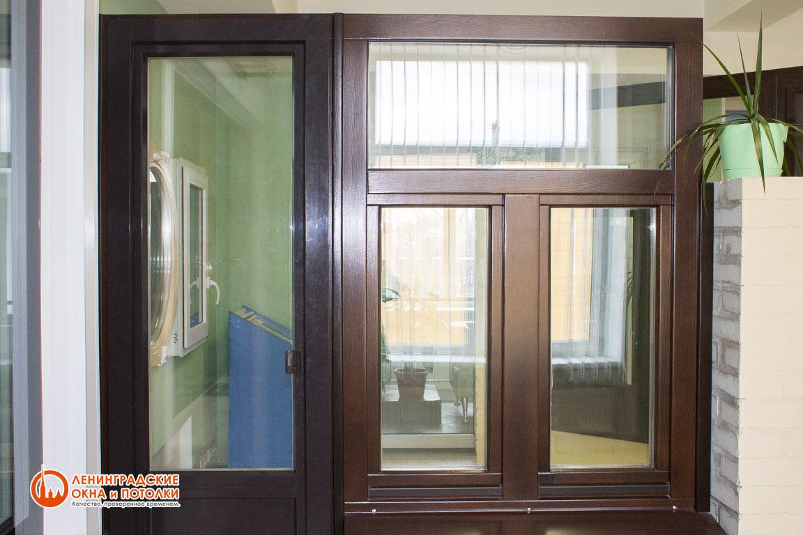 Окрашенное окно и дверь из лиственницы