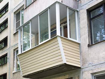 Остекление балкона с выносом, вид с улицы