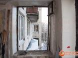 Проем окна, освобожденный от старой рамы