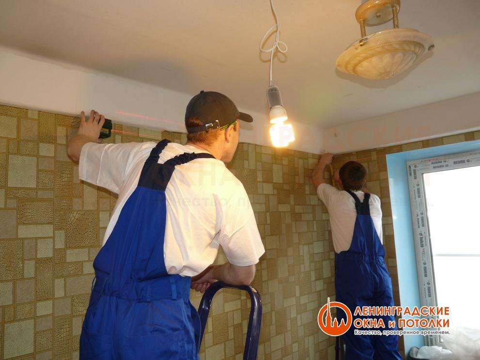 Отбивание уровня для натяжного потолка