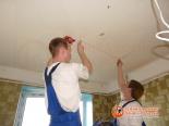 Разметка места установки одного из уровней потолка