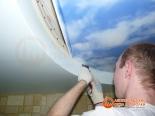 Крепление первого полотна потолка за профиль - фото 3