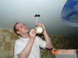 Установка светильника во второй уровень потолка