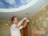 Установка светильника во второй уровень потолка - фото 2