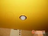 Фото установленного светильника в натяжной потолок
