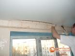 Процесс закрепления натяжного потолка