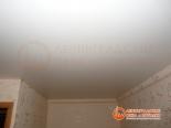 Натяжной потолок закреплен