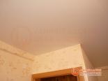 Фото установленного натяжного потолка в спальне