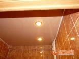 Фото установленного натяжного потолка в ванной