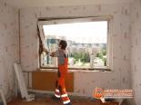 Демонтаж старого окна в доме 137 серии