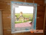 Открытая створка установленного окна на веранде