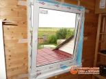 Открытая створка окна на веранде