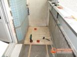 Процесс обшивки пола балкона
