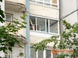 Фото процесса остекления балкона снаружи