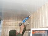Заделка швов пеной между стеной и потолком