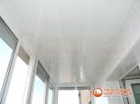 Потолок балкона с отделкой пластиковыми панелями