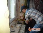 Проверка установки окна при помощи уровня