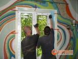 Этап установки стеклопакета в проем окна