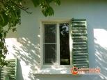 Пластиковое окно в доме - вид снаружи
