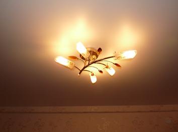 Фото люстры на натяжном потолке