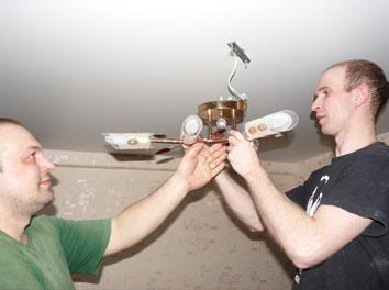 Фото монтажа люстры на потолок