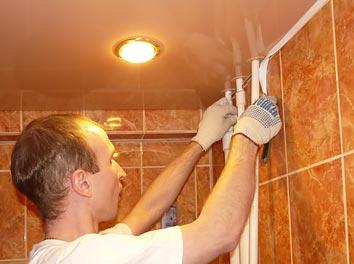 Фото монтажа натяжного потолка в ванной