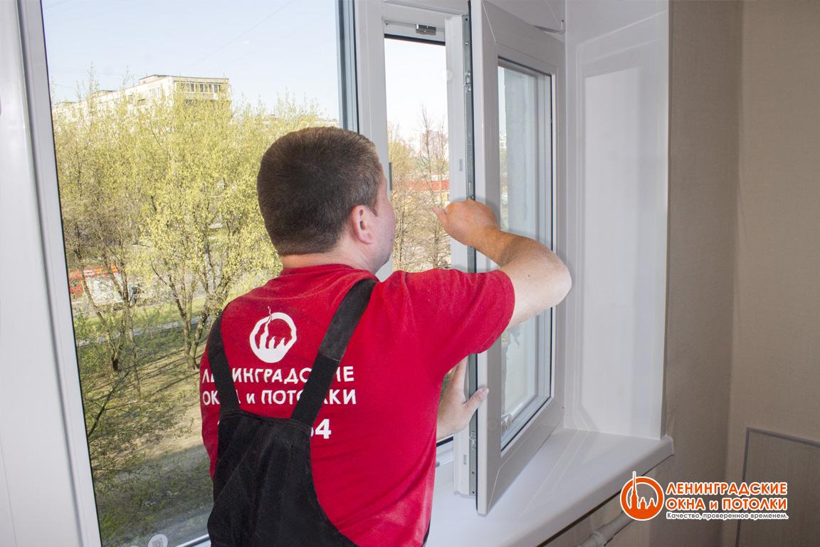 Ремонт пластиковых окон специалистом компании Ленинградские Окна и Потолки